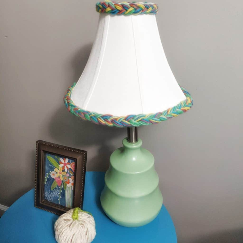 DIY colorful table lamp - with yarn embellished lamp shade